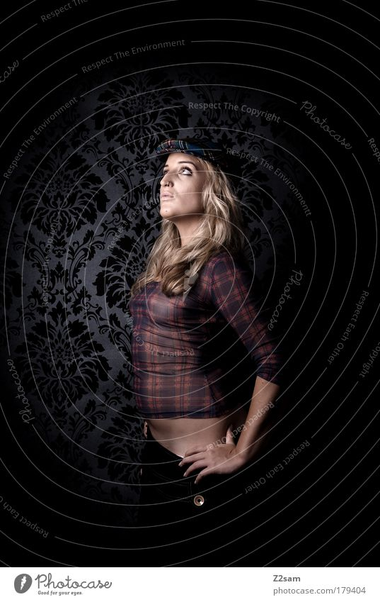 Scotland is not so far Mensch schön feminin dunkel Denken Mode Hintergrundbild blond Kraft elegant ästhetisch stehen Coolness einzigartig Model Hut