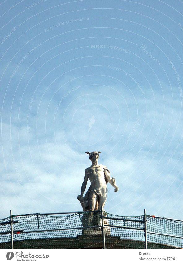 Hermes im Abflug Himmel Mann nackt Dach Geländer Zaun Statue Baugerüst Klassizismus