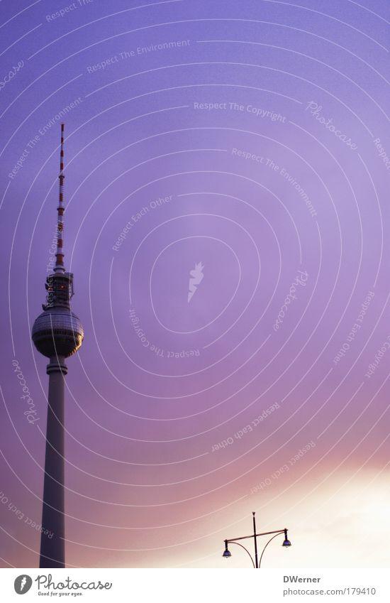 Fernsehturm mit Beleuchtung Himmel Ferne Architektur elegant groß Tourismus stehen Berlin Turm Fernseher Bauwerk Unendlichkeit Kugel Sightseeing Hauptstadt