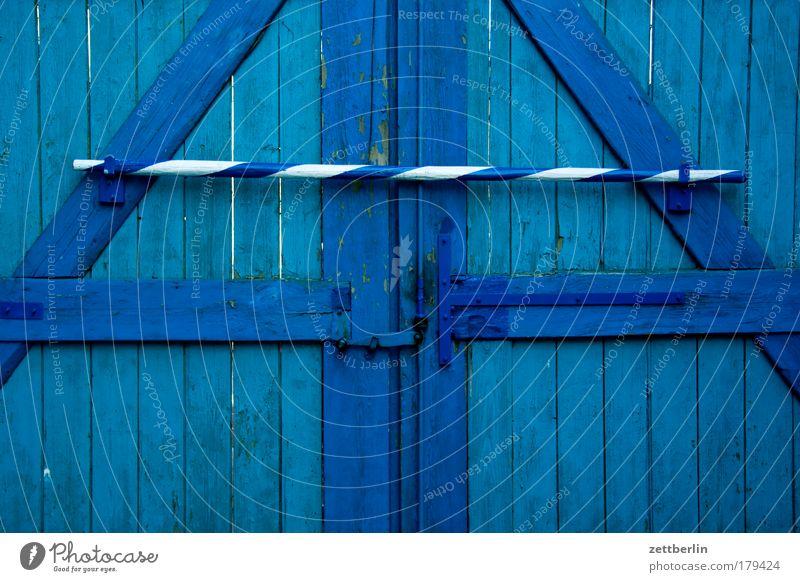 Hoftor Bauernhof blau himmelblau Landwirtschaft stadtflucht ponyhof Eingang Ausgang Durchgang Tor Holz Balken geschlossen Riegel Schloss Sicherheit Barrikade