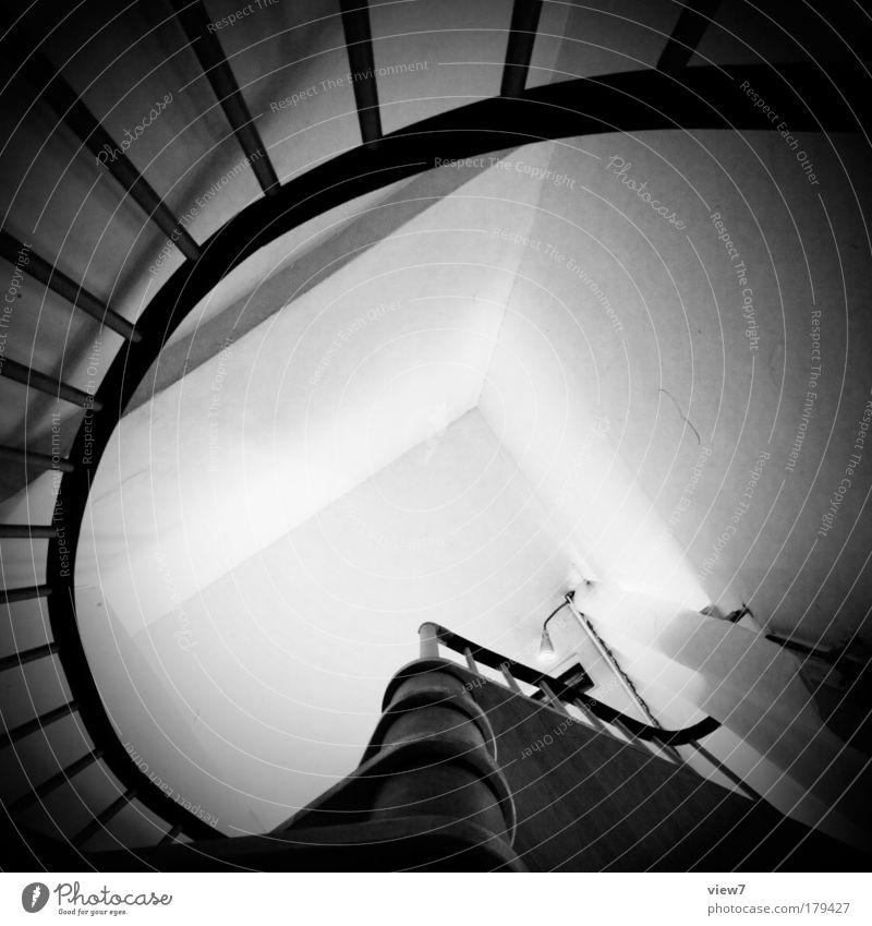 Wendeltreppe Haus schwarz Ferne dunkel oben Holz Stein Linie Raum Wohnung elegant Fassade Treppe modern Ordnung ästhetisch