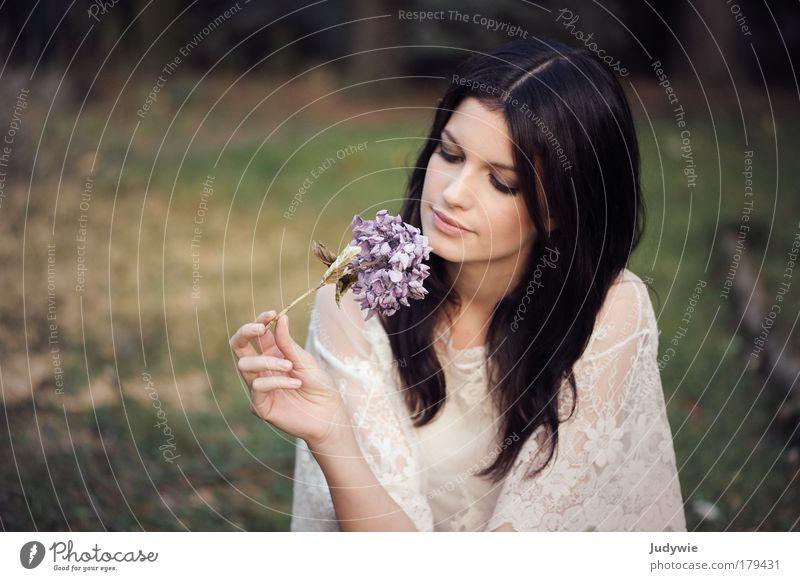 In ihrer Welt Mensch Natur Jugendliche schön Blume feminin Wiese Haare & Frisuren Garten Traurigkeit Denken träumen Stimmung Mode Park Zufriedenheit