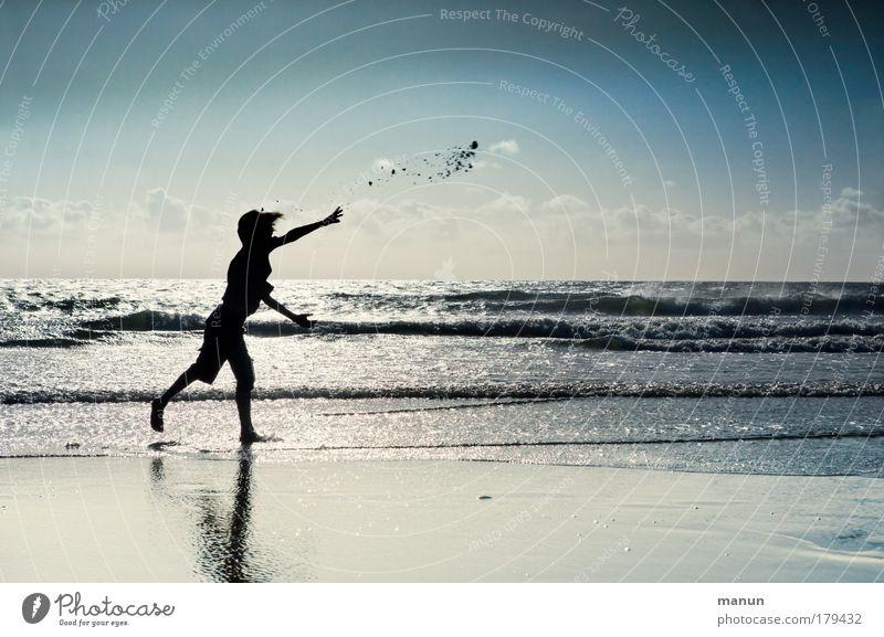 Weitwurf Kind Jugendliche Wasser Ferien & Urlaub & Reisen Meer Sommer Freude Strand ruhig Erholung Herbst Leben Freiheit Junge Glück Sand