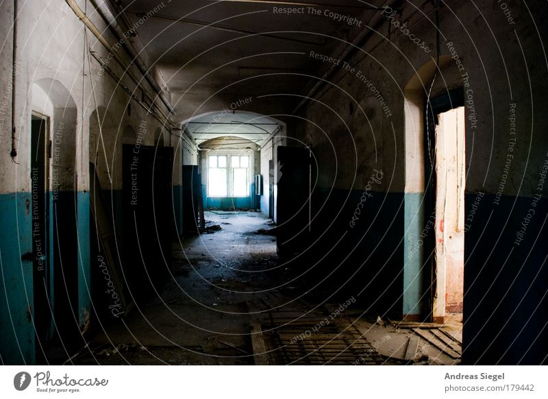 Gang, lang weiß blau Haus schwarz dunkel Fenster Gebäude dreckig Wohnung Tür kaputt authentisch Müll Häusliches Leben Vergänglichkeit Innenarchitektur