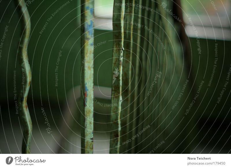 es bröckelt ... Farbfoto Gedeckte Farben Innenaufnahme Nahaufnahme Detailaufnahme Experiment abstrakt Strukturen & Formen Menschenleer Tag Schatten Unschärfe