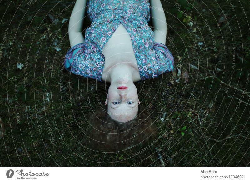 179° schön Wohlgefühl Ausflug Junge Frau Jugendliche Gesicht 18-30 Jahre Erwachsene Natur Pflanze Sommer Moos Waldboden Kleid rothaarig langhaarig