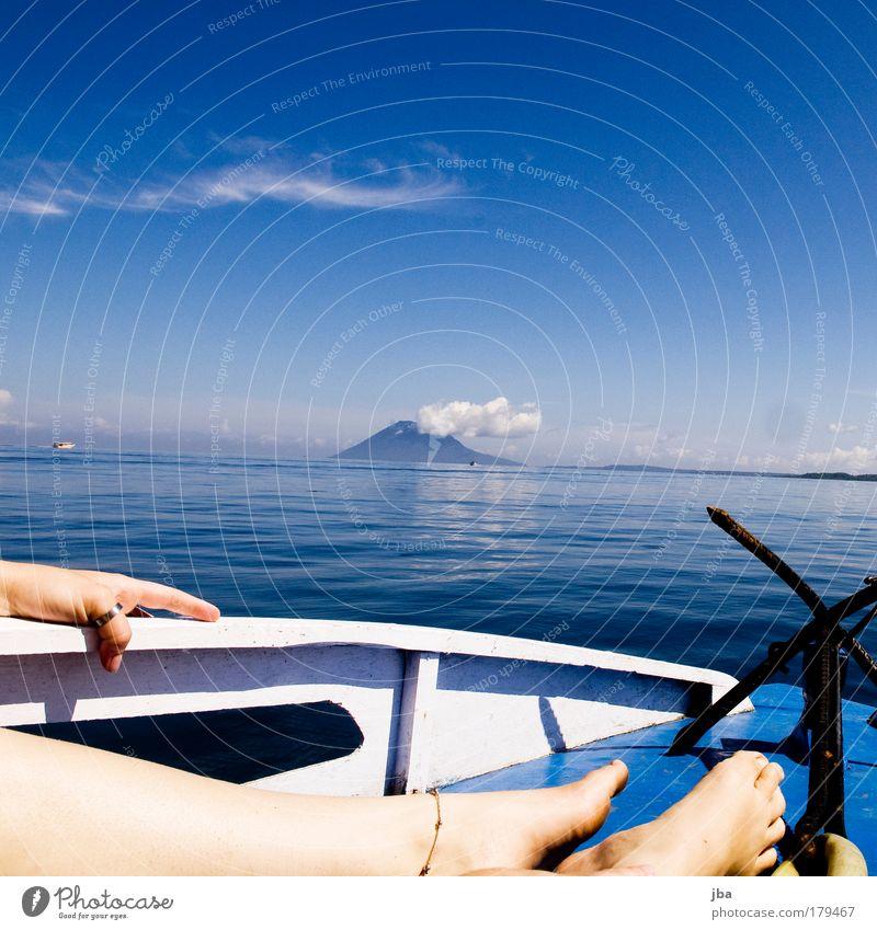 Zeit haben Farbfoto Außenaufnahme Tag Sonnenlicht feminin Haut Hand Finger Beine Fuß Natur Wasser Himmel Horizont Sommer Schönes Wetter Vulkan Küste Meer Insel