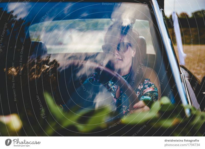 Retro Girl. Lifestyle Stil feminin Frau Erwachsene Autofahren PKW Oldtimer Sonnenbrille brünett sitzen Coolness Erfolg trendy retro selbstbewußt Leben Hochmut