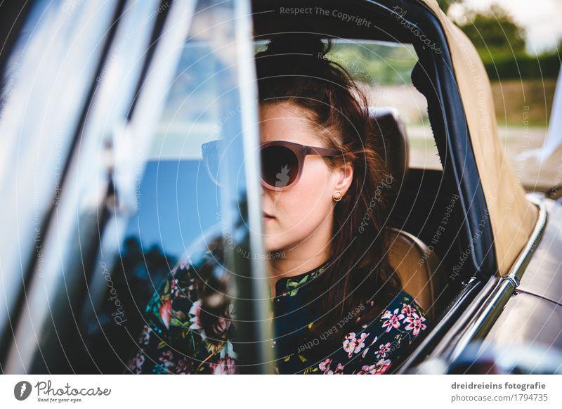 Retro Girl. Jugendliche Junge Frau Erotik Leben Bewegung Lifestyle feminin Stil PKW sitzen retro Erfolg Coolness fahren Gelassenheit trendy