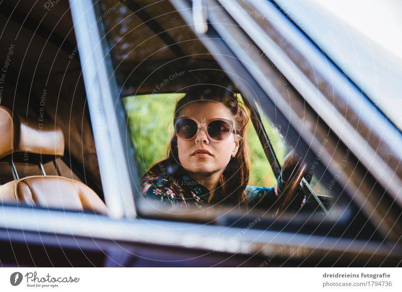 Retro Girl. Frau Erotik Erwachsene Leben Bewegung Lifestyle feminin Stil PKW sitzen retro Erfolg Coolness Neugier fahren Gelassenheit