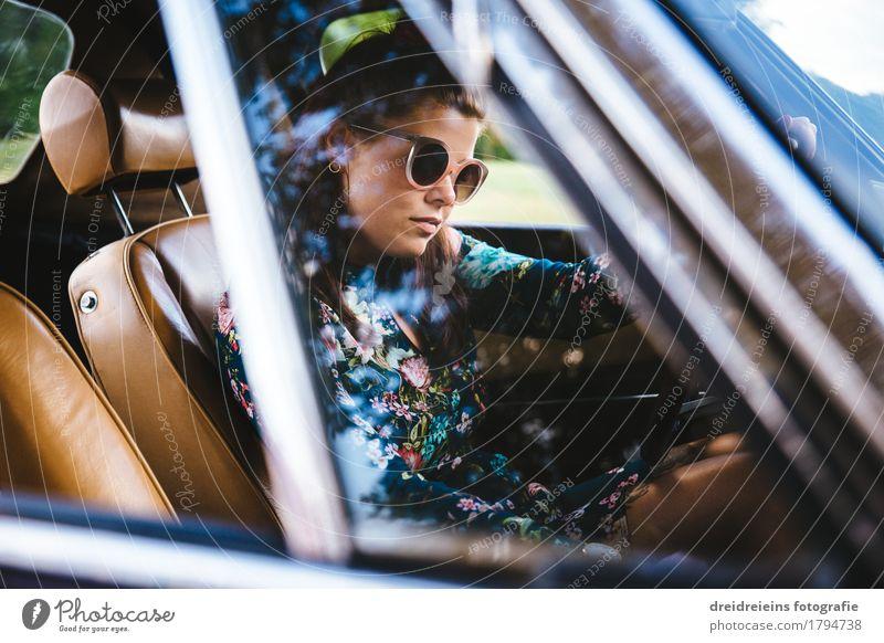 Retro Grirl. Lifestyle Stil feminin Frau Erwachsene Autofahren PKW Oldtimer Sportwagen Kleid Sonnenbrille brünett Blick sitzen Coolness Erfolg trendy retro