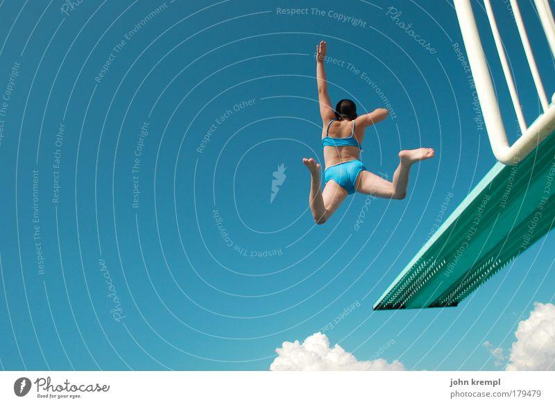 YIIIIIHHAAAA Himmel Ferien & Urlaub & Reisen Jugendliche blau Sommer Sonne Meer Freude Schwimmbad feminin Schwimmen & Baden Freiheit Glück fliegen springen