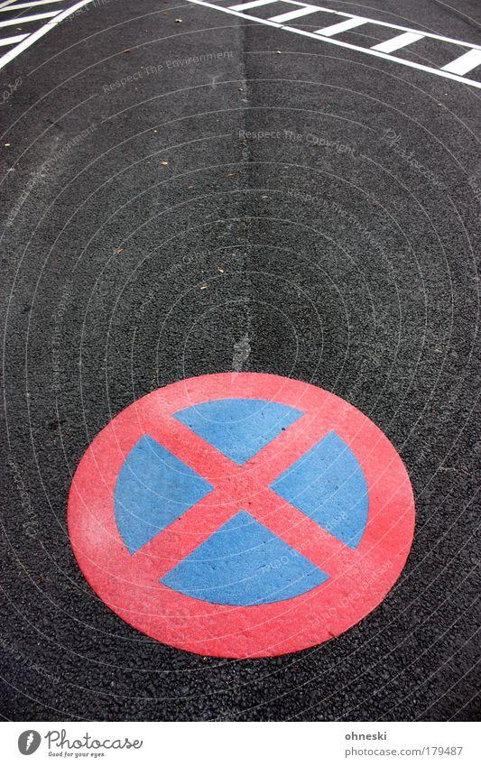 Hier nicht! blau rot Straße Linie Straßenverkehr Schilder & Markierungen Verkehr Streifen Zeichen Hinweisschild Autofahren Parkplatz Verkehrszeichen