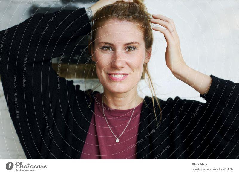 Frau Fuchs Stil Freude Junge Frau Jugendliche Gesicht Sommersprossen Grübchen 30-45 Jahre Erwachsene Schönes Wetter T-Shirt Jacke Schmuck rothaarig langhaarig