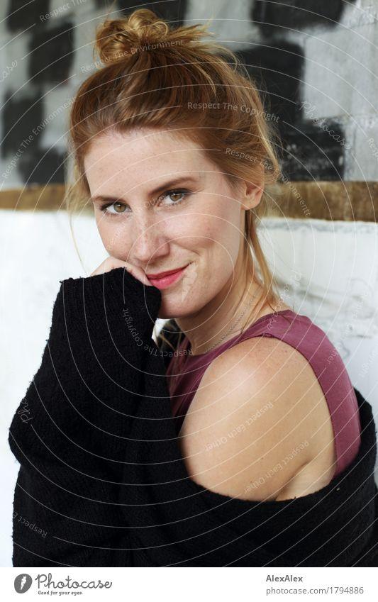 entzückend schön Gesicht Wohlgefühl Junge Frau Jugendliche Sommersprossen 30-45 Jahre Erwachsene Pullover Top Grübchen rothaarig langhaarig beobachten Lächeln