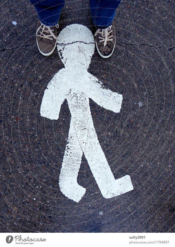 Kopfstand... Mensch Straße Wege & Pfade Fuß gehen wandern stehen Fußweg Zeichen berühren festhalten Bürgersteig Asphalt Jeanshose Figur Surrealismus