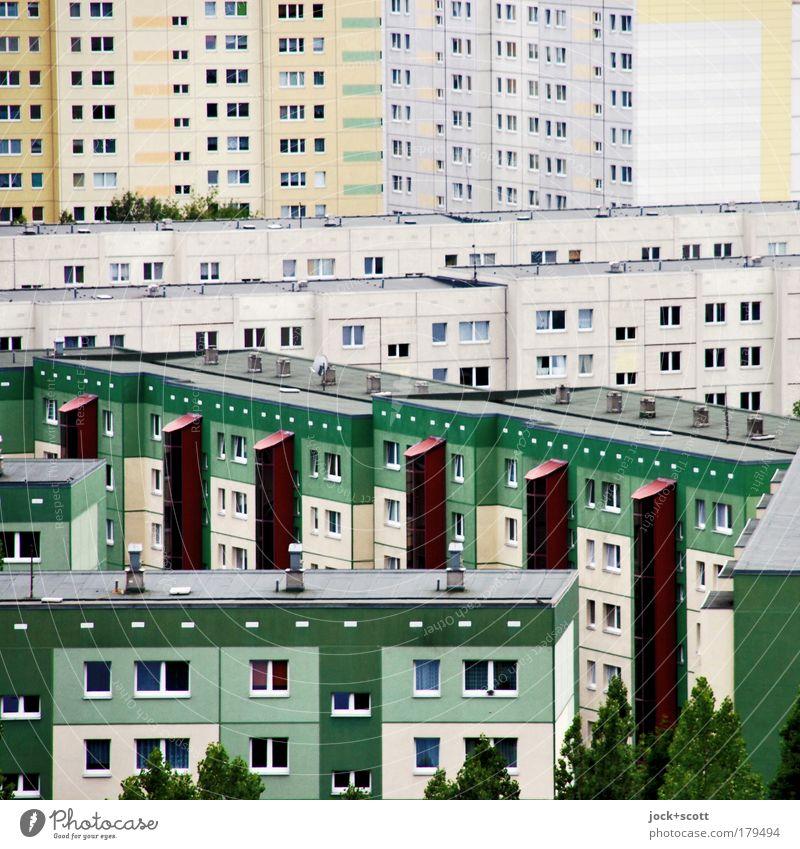 Schöner Wohnen im Quadrat Marzahn Stadtrand überbevölkert Plattenbau Fassade Fenster eckig trist viele Stimmung Einigkeit komplex diagonal durcheinander