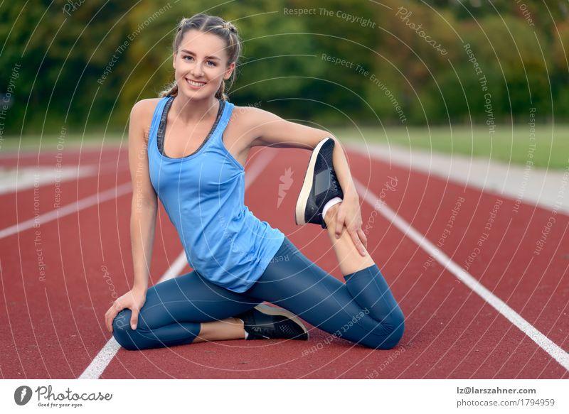 Junge Frau des glücklichen Sitzes, die Übungen ausdehnend tut Lifestyle Glück schön Gesicht Sommer Sport Yoga feminin Erwachsene 1 Mensch 18-30 Jahre