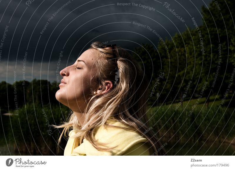geniesserin Farbfoto Außenaufnahme Sonnenstrahlen Starke Tiefenschärfe geschlossene Augen Jagd Mensch feminin Kopf Haare & Frisuren Natur Landschaft
