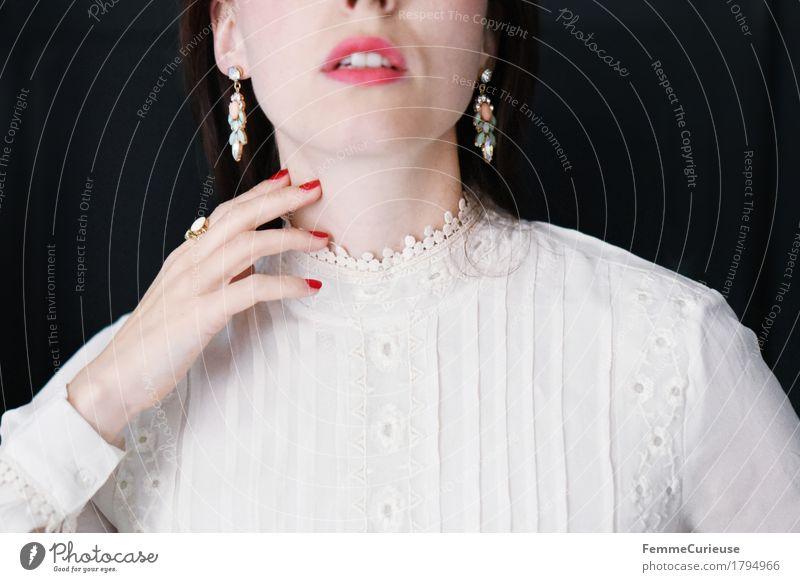 Sanft_1794966 elegant Stil schön feminin Junge Frau Jugendliche Erwachsene Mensch 18-30 Jahre unschuldig zart sanft Stickereien Brautkleid beige Bluse Ohrringe