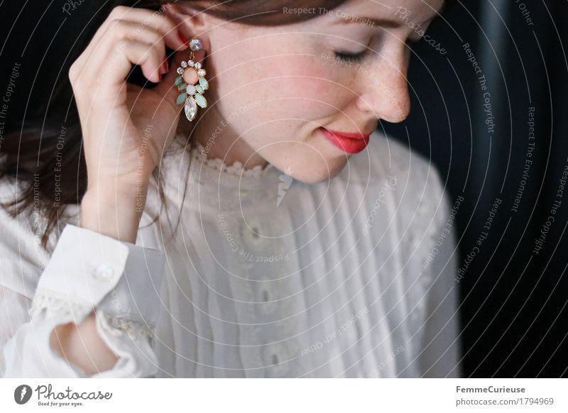 Pastelltöne_1794969 elegant Stil schön feminin Junge Frau Jugendliche Erwachsene Mensch 18-30 Jahre Brautkleid Spitze Spitzenkleid Bluse Stickereien beige