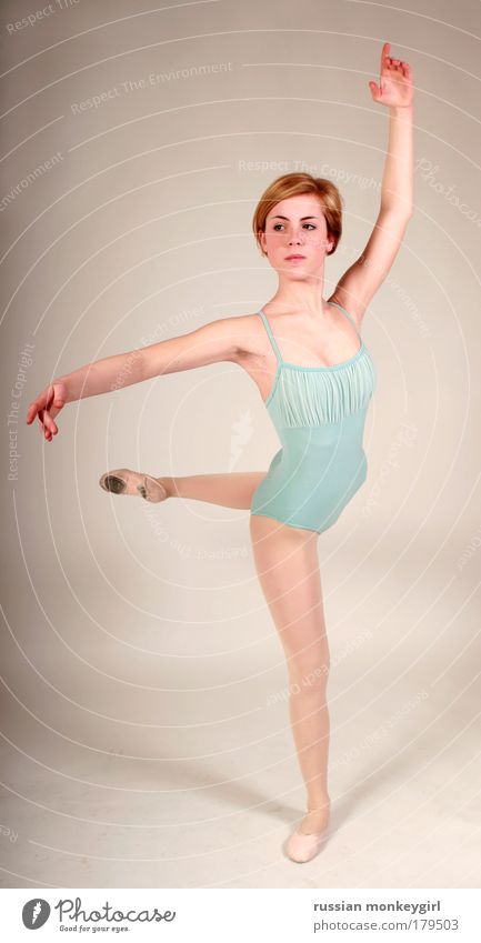 Prima Ballerina Frau Jugendliche schön weiß blau Sport Arbeit & Erwerbstätigkeit feminin Musik Ganzkörperaufnahme Tanzen Kunst Gesundheit Studioaufnahme rosa Erfolg