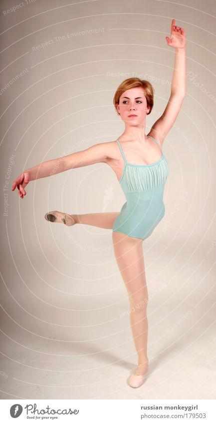 Prima Ballerina Frau Jugendliche schön weiß blau Sport Arbeit & Erwerbstätigkeit feminin Musik Ganzkörperaufnahme Tanzen Kunst Gesundheit Studioaufnahme rosa