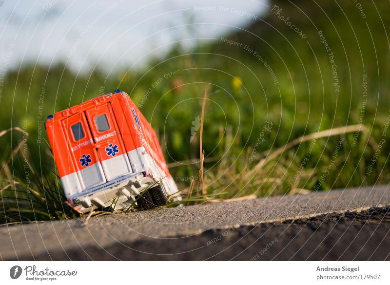 Retter in (der) Not Farbfoto Außenaufnahme Menschenleer Tag Sonnenlicht Unschärfe Freizeit & Hobby Spielen Modellbau Spielzeug Spielzeugauto Garten Wiese