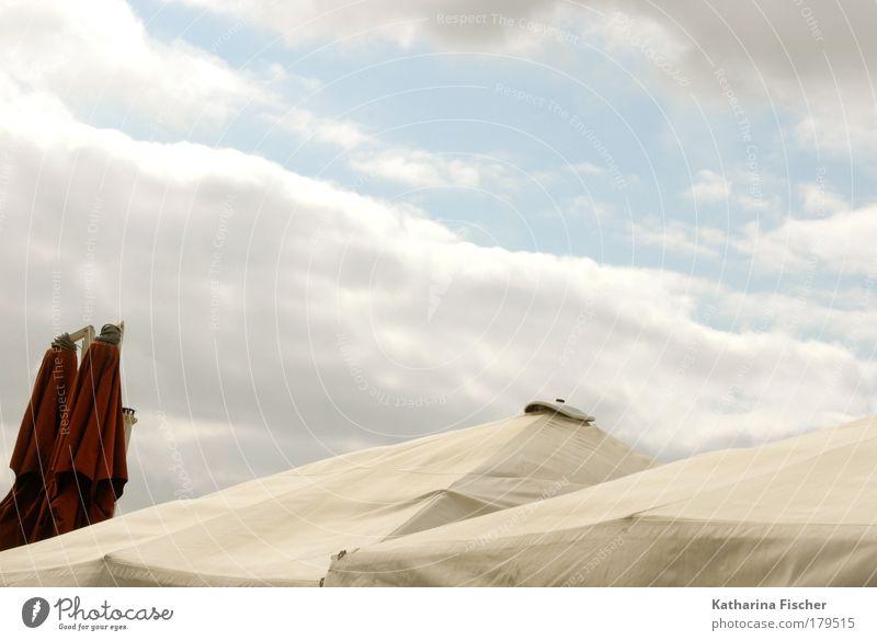 Sommer, Sonne und Sonnenschirme Ferien & Urlaub & Reisen Freiheit Sommerurlaub Himmel Wolken blau rot weiß Strand Erholung Roter Sonnenschirm Farbfoto
