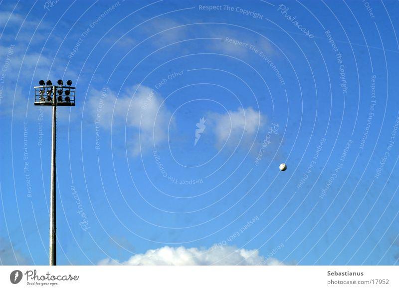 Wo ist der Ball? Flutlicht Wolken Stadion Sport Fußball Himmel