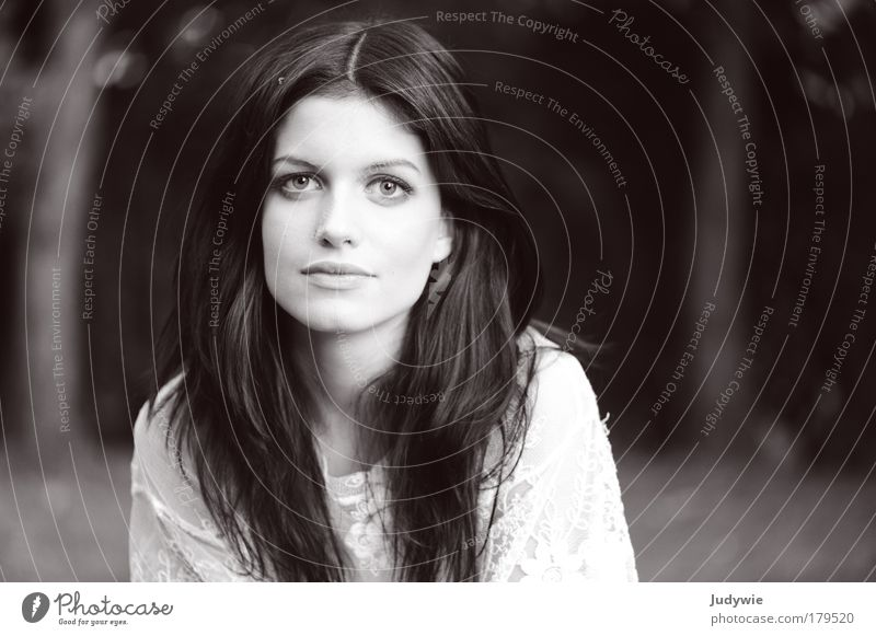 La belle Mensch Frau Natur Jugendliche schön weiß ruhig schwarz Porträt feminin Gefühle Stil Haare & Frisuren Traurigkeit Park Schwarzweißfoto