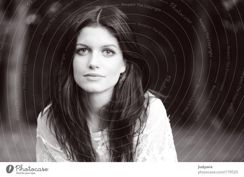 La belle Schwarzweißfoto Außenaufnahme Textfreiraum rechts Abend Schwache Tiefenschärfe Porträt Blick elegant Stil schön Haare & Frisuren Mensch feminin