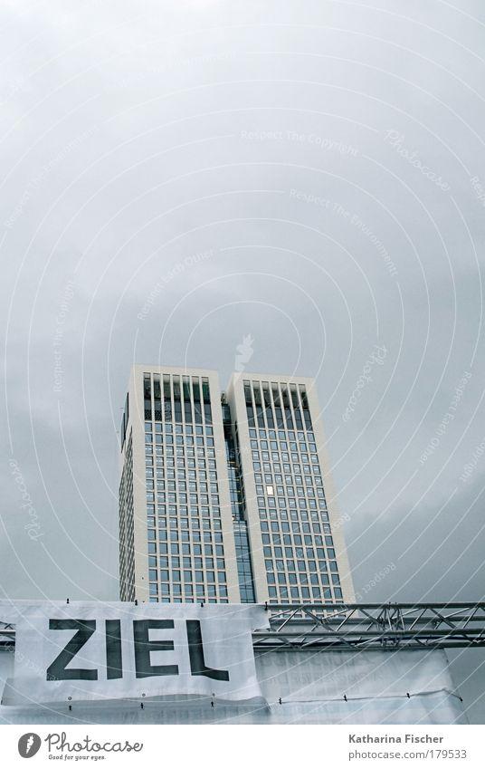 Hoch hinaus Himmel Wolken Frankfurt am Main Stadt Haus Hochhaus Gebäude Stein Stahl grau schwarz weiß Ziel Veranstaltung Lauf für mehr Zeit Ankunft