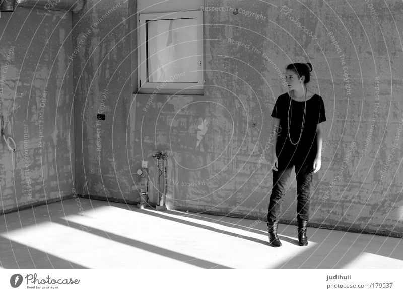 Construction Mensch Jugendliche weiß Haus schwarz Einsamkeit feminin Stil träumen Gebäude Denken Stimmung planen stehen einfach Baustelle
