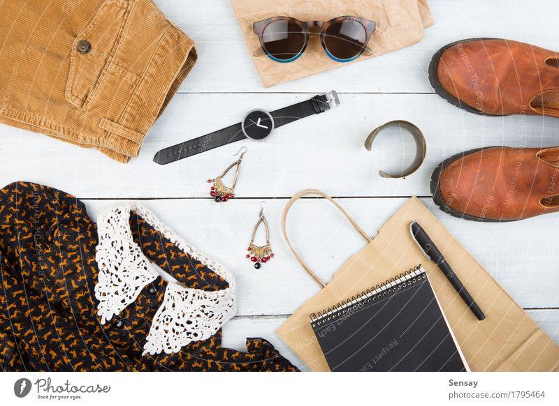 Das Material der Frau auf dem Holztisch Ferien & Urlaub & Reisen weiß Mädchen schwarz Erwachsene Stil braun Tourismus Design Textfreiraum retro Schuhe Aussicht