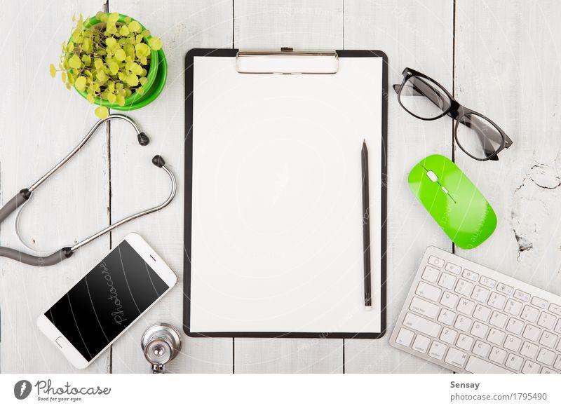 Arbeitsplatz des Arztes - Stethoskop, Telefon und andere Sachen Kaffee Tee lesen Schreibtisch Tisch Arbeit & Erwerbstätigkeit Büro Business PDA Computer