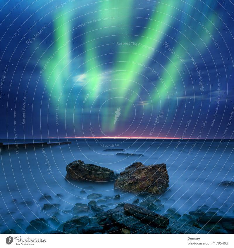 Grünes Aurora Borealis über dem Meer Winter Natur Landschaft Himmel See dunkel hell natürlich grün Farbe nördlich Island borealis Hintergrund Norden Schweden
