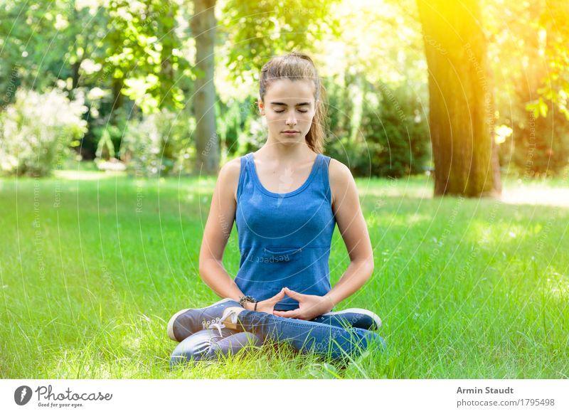 Meditation Mensch Frau Kind Natur Jugendliche Sommer schön Junge Frau Erholung Erwachsene Gefühle Wiese Lifestyle feminin Gesundheit Denken
