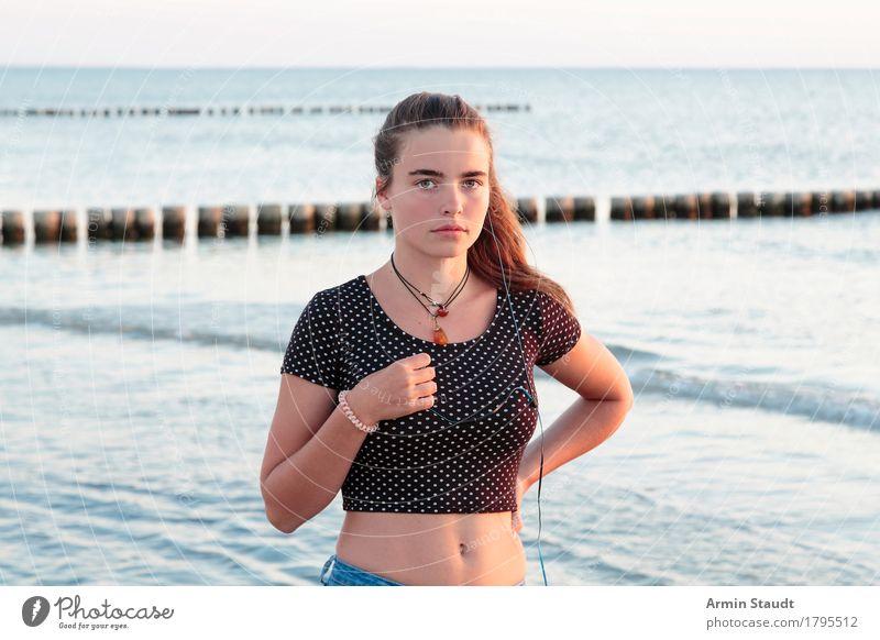 Porträt am Strand Lifestyle schön harmonisch Wohlgefühl Zufriedenheit Sinnesorgane Erholung ruhig Ferien & Urlaub & Reisen Sommerurlaub Wellen Musik Mensch