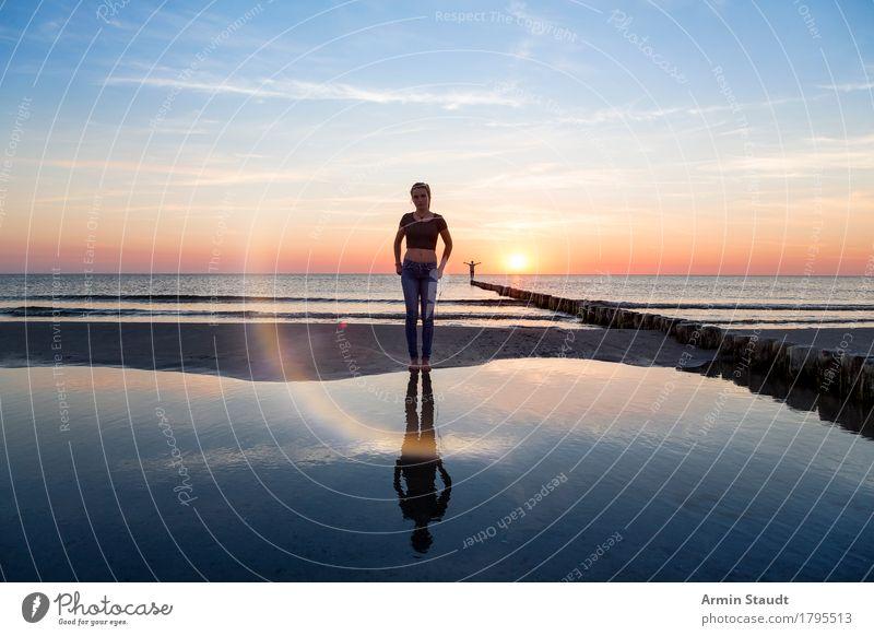 Reflexionen Mensch Frau Himmel Natur Ferien & Urlaub & Reisen Jugendliche schön Junge Frau Junger Mann Meer Erholung ruhig Ferne Strand Erwachsene Leben