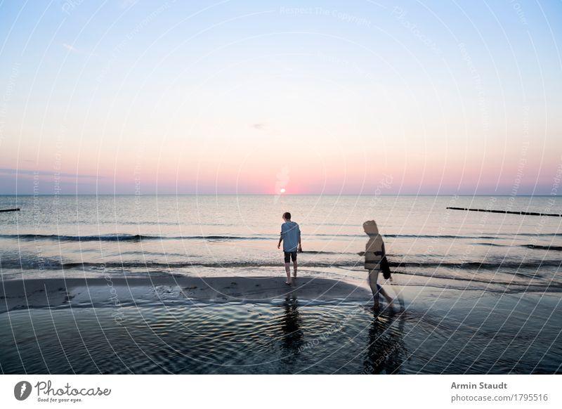 Strandspaziergang Mensch Frau Himmel Natur Ferien & Urlaub & Reisen Jugendliche schön Junge Frau Junger Mann Meer Landschaft Erholung ruhig Erwachsene Leben