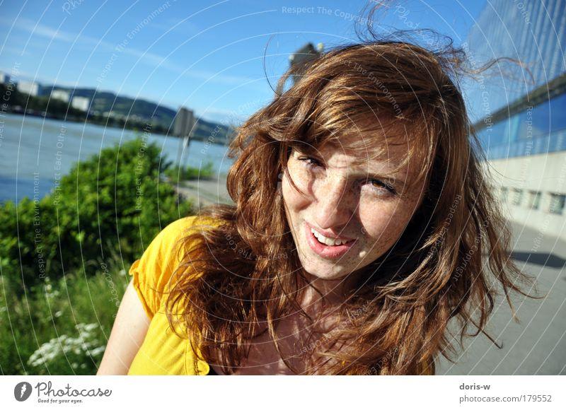 sommertag Frau Mensch Jugendliche grün blau schön Sonne rot Freude Sommer Gesicht gelb feminin Haare & Frisuren lachen