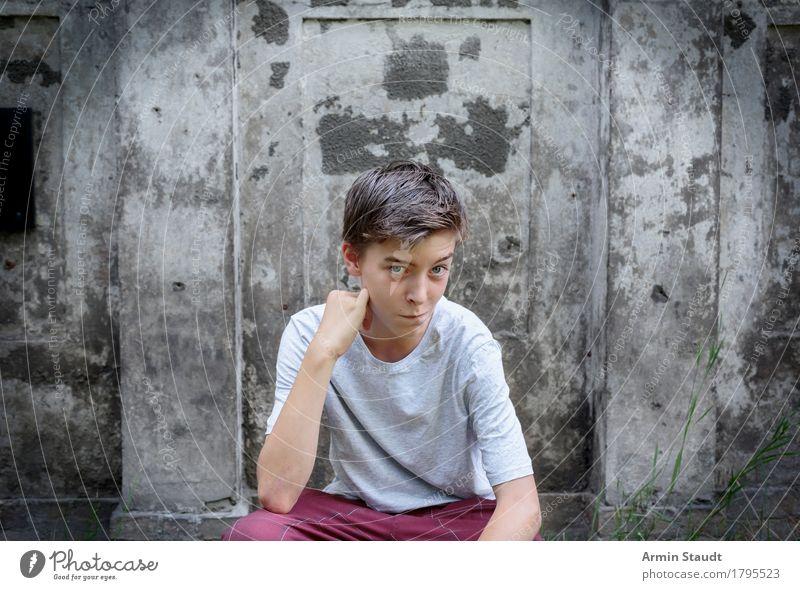 Porträt Mensch Jugendliche Sommer schön Junger Mann Freude Wand Gefühle Frühling Religion & Glaube Lifestyle Stil Mauer Haare & Frisuren Stimmung maskulin