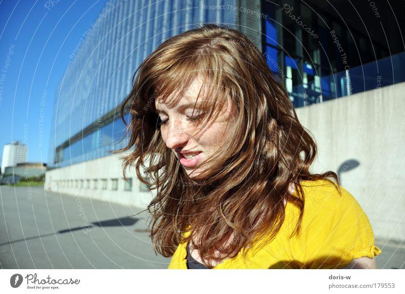 mädchen im wind Frau Mensch Himmel Jugendliche blau schön Gesicht Erwachsene gelb feminin Haare & Frisuren Zufriedenheit Wind Haut T-Shirt Locken