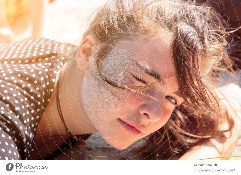 Strandabdruck Mensch Ferien & Urlaub & Reisen Jugendliche schön Junge Frau Erholung ruhig Freude Gesicht Leben Gefühle Lifestyle feminin Sand Tourismus