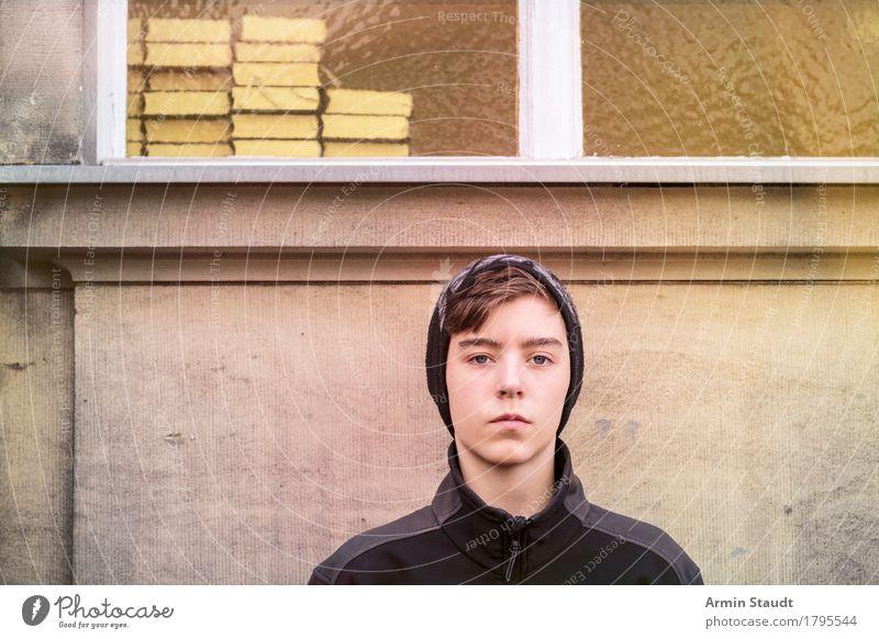 Bildung Mensch Jugendliche Junger Mann Winter Fenster Wand Gefühle Lifestyle Stil Mauer Schule Kopf Stimmung maskulin 13-18 Jahre Buch
