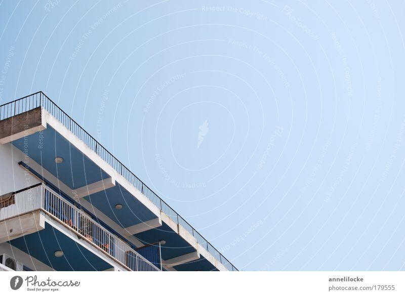 nordzypriotische Plattentektonik blau weiß Haus Wand Architektur Mauer Wohnung Fassade Dach retro Balkon Geländer Schönes Wetter Terrasse Plattenbau Wolkenloser Himmel