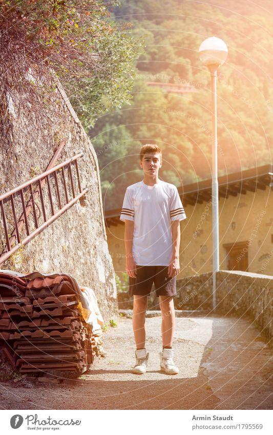 Sportler im Bergdorf Mensch Ferien & Urlaub & Reisen Jugendliche Sommer schön Junger Mann Freude Berge u. Gebirge Wand Leben Lifestyle Stil Gesundheit Mauer