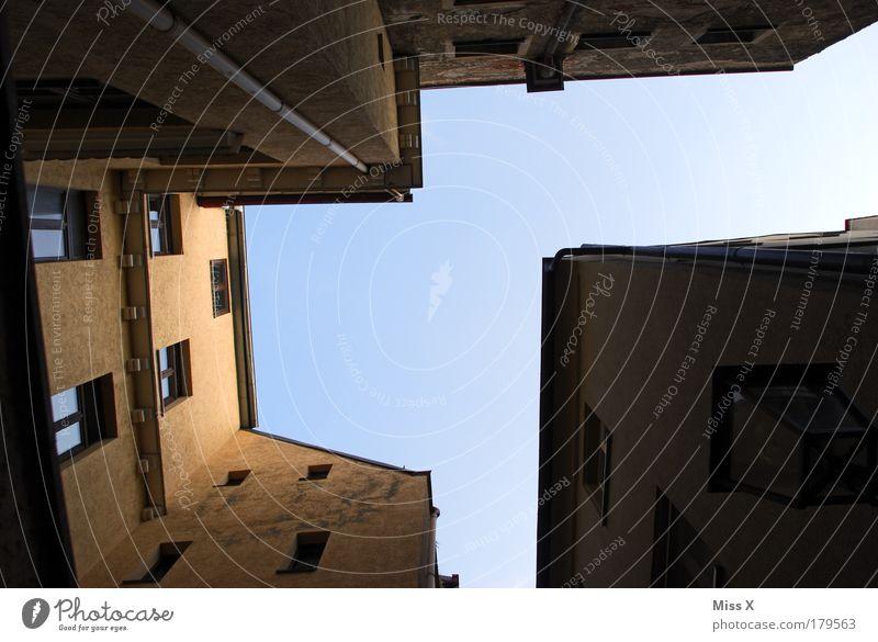 Gasse in Regensburg alt Stadt Haus Wand Fenster Mauer Gebäude Architektur Tür hoch Fassade hässlich Hauptstadt Altstadt