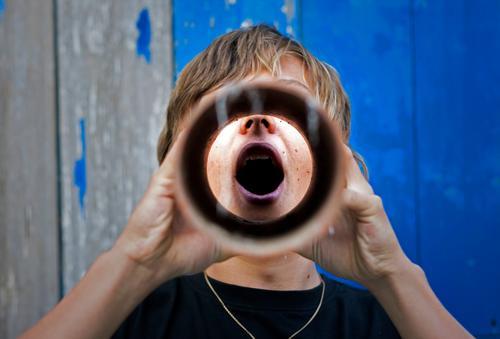 Sprachrohr trinken Rauschmittel Alkohol maskulin Junger Mann Jugendliche atmen Abfluss Röhren Kanalisation Trichter zwingen einflößend ungesund Ekel Ausruf